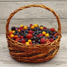 """Корзина с ягодами  """"Ягодное ассорти"""""""